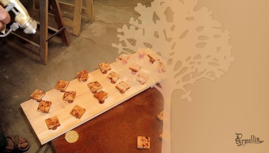 L'atelier de finition - Peinture des boutons en bois